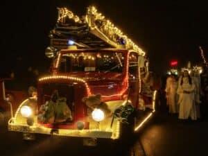 Weihnachtsmann kommt mit Feuerwehrleiterwagen