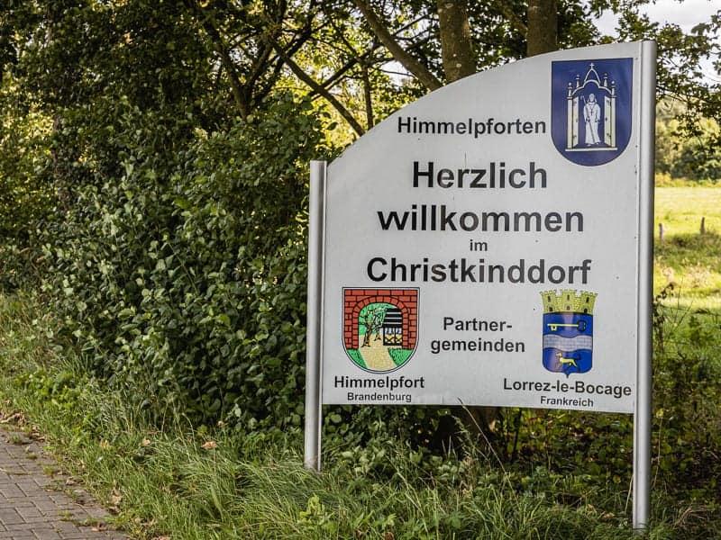Herzlich Willkommen im Christkinddorf mit Hinweis auf die Partnergemeinden